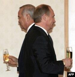 Ресей президенті Владимир Путин (бер жақта) мен Өзбекстан президенті Ислам Каримов (ар жақта). Ташкент, 16 маусым 2004 жыл.