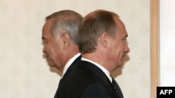 Uzbek President Islam Karimov (left) and Russia's then-president and current prime minister, Vladimir Putin, toast the good times in 2004.
