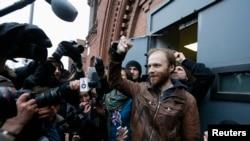 Журналисты встречают Дениса Синякова у ворот СИЗО