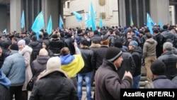Кырымтатарлар парламент бинасы янында. 26 февраль 2014