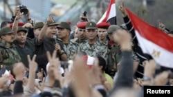 Командующий армией Египта обращается к собравшимся на площади Тахрир, 10 февраля 2011 г.