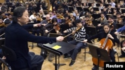 Dirigjenti Çung Mjung-Vun, duke kryer ushtrime me orkestrën e Koresë Veriore, Paris, 13 mars, 2012