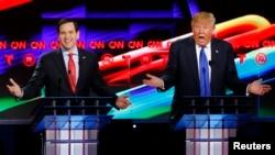 Бывший кандидат в президенты от республиканцев Марко Рубио и его соперник Дональд Трамп во время дебатов