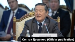 Мукар Чолпонбаев на встрече президента Сооронбая Жээнбекова с бывшими спикерами парламента. Бишкек, 20 ноября 2018 года.