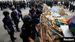 Поліція розбирає барикади протестувальників, 11 грудня 2014 року