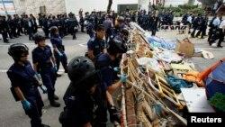 Полицейские сносят возведенные демонстрантами баррикады. Гонконг, 11 декабря 2014 года.