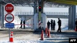 Policët e Kosovës dhe Serbisë, në vendkalimin kufitar në Merdare. Fotografi nga arkivi.