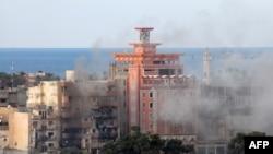 الدخان يتصاعد من احد احياء بنغازي بعد قصف قوات موالية للحكومة مواقع متطرفين