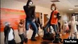 Кадр из ролика карагандинских студентов, исполняющих Harlem shake.