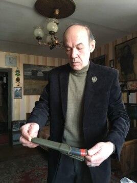 Юрий Панченко демонстрирует нож из квартиры сына, который не заинтересовал следствие