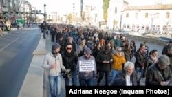 După tragedia din Colectiv, 80.000 de oameni au demonstrat în semn de solidaritate cu victimele, acuzând însă și corupția sistemică care a stat la baza catastrofei.