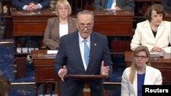 АҚШ сенаторы Чарльз Шумер (ортада).