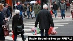 Архивска фотографија - граѓани во центарот на Скопје