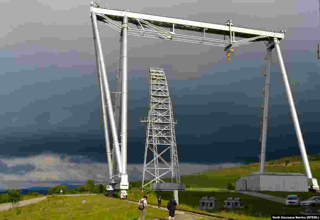 А вот и механизм, который помогает открывать крышу телескопа