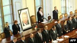 Чехия үкіметі парламентте Вацлав Гавелдің қазасына үнсіздік жариялады. Прага, 20 желтоқсан 2011 жыл.