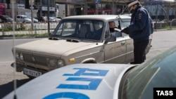 Сотрудник российской ДПС проверяет документы у водителя. Симферополь, апрель 2020 года (иллюстрационное фото)