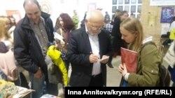 Şevket Qaybullayev «Qasevet» mecmuasınıñ taqdim merasiminde musafirlernen subetleşe, «Kitap Anbarı»