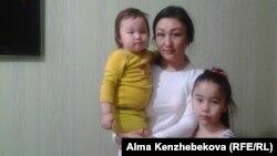 Үш баланың анасы Сәуле Құрмашева. Алматы, 11 маусым 2015 жыл.