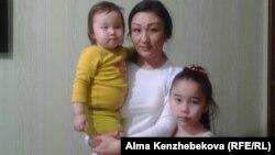Жительница Алматы Сауле Курмашева со своими детьми. 11 июня 2015 года.