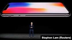 Тім Кук, генеральний директор компанії Apple, розповідає про iPhone X під час презентації в Купертіно, штат Каліфорнія, 12 вересня 2017 року