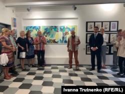 Олександр Міловзоров (у центрі) на відкритті своєї виставки