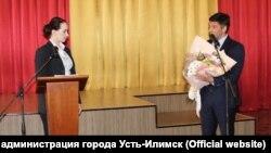 Председатель думы Усть-Илимска Сергей Зацепин поздравляет нового мэра города Анну Щёкину