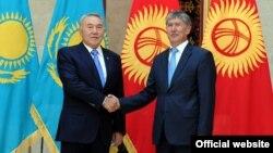 Президент Казахстана Нурсултан Назарбаев ( слева) и президент Кыргызстана Алмазбек Атамбаев (справа). Иллюстративное фото.