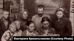 Прощание семьи с умершим ребенком, Новосибирск, конец 30-х годов