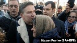 Парламентар Надія Савченко і її мама Марія після того, як Верховна Рада зняла з неї депутатську недоторканість, 22 березня 2018 року