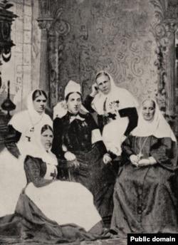 Кэт Марсден в окружении сестер милосердия из Санкт-Петербурга