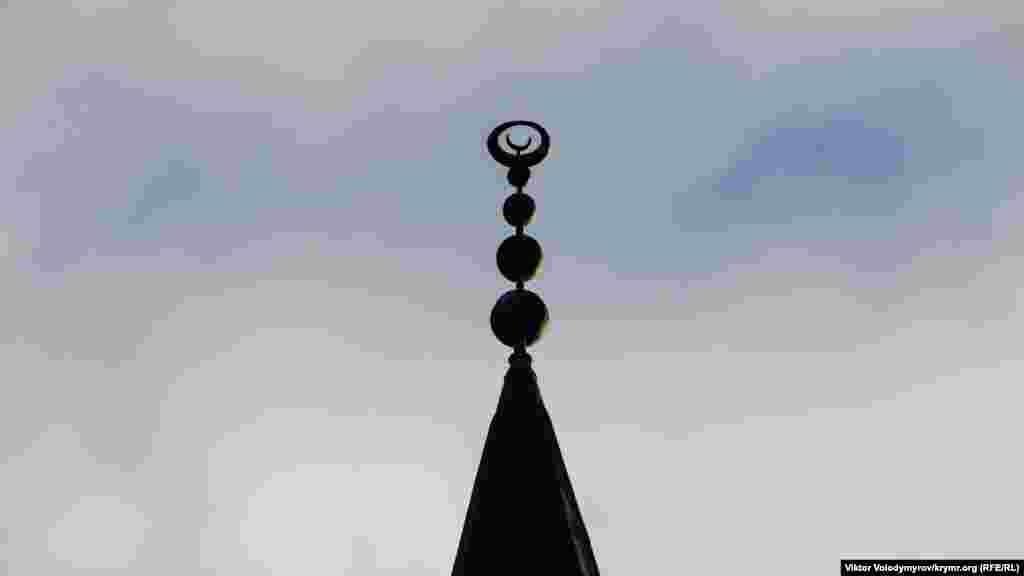 Вершину минарета, как и купола, венчает полумесяц