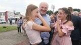 Аляксандар Лукашэнка побач з Эсфір іАвігеяй