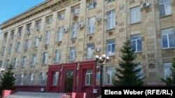 Здание Карагандинского областного суда, где слушается дело Серика Ахметова. Караганда, 28 июля 2015 года.