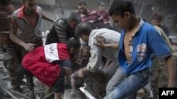 В оточеній «повстанській» частині Алеппо рятувальники дістають із-під руїн тіло дівчинки під плач її батька, фото 27 вересня 2016 року