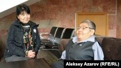 Кәріпбек Күйіков туысы Гүлбаршынмен бірге. Алматы, 18 қазан 2019 жыл.