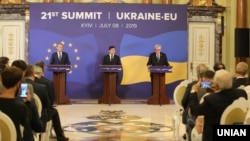 (Зліва направо) Дональд Туск, Володимир Зеленський і Жан-Клод Юнкер на саміті Україна-ЄС. Київ, 8 липня 2019 року