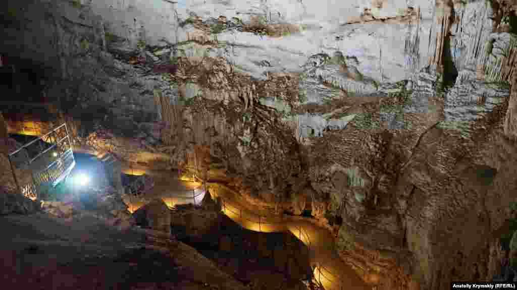 Зали верхнього рівня розташовуються приблизно за 32 метрів від поверхні землі, а нижнього – за 180 метрів