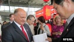 Геннадий Зюганов подписывает книгу о себе на Московской книжной ярмарке 2007 года