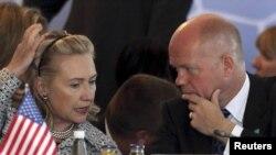 АҚШ мемлекеттік хатшысы Хиллари Клинтон мен Ұлыбритания сыртқы істер министрі Уиллиям Хаг Стамбулдағы кездесуде әңгімелесіп отыр. 15 шілде 2011 жыл.