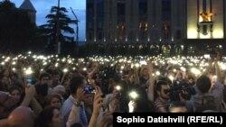 В поддержку пострадавшей семьи накануне состоялась многотысячная акция протеста в центре Тбилиси
