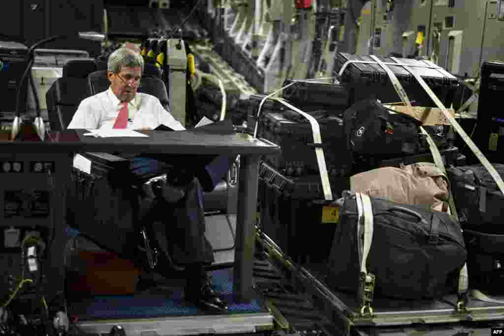 U.S. Secretary of State John Kerry looks over papers while flying from Jordan to Iraq. (AFP/Brendan Smialowski)