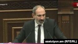 И. о. премьер-министра Никол Пашинян выступает в парламенте, 13 ноября 2018 г.