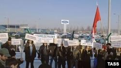 Пока рабочие завода Ford во Всеволжске спокойны. На фото: профсоюзная забастовка на заводе в феврале 2007 года