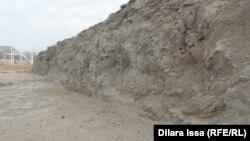 Қазба орнындағы ауыр техникадан қалған іздер. Тараз, «Көне Тараз» археологиялық саябағы, 9 қазан 2015 жыл.
