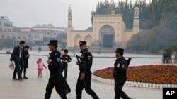 Полицейские патрулируют территорию у мечети в Синьцзяне.