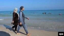 Буркиничен аялдар. Тунистеги пляж.