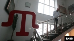 Работник телеканала на лестнице в здании штаб-квартиры ATR, 31 марта 2015 г.