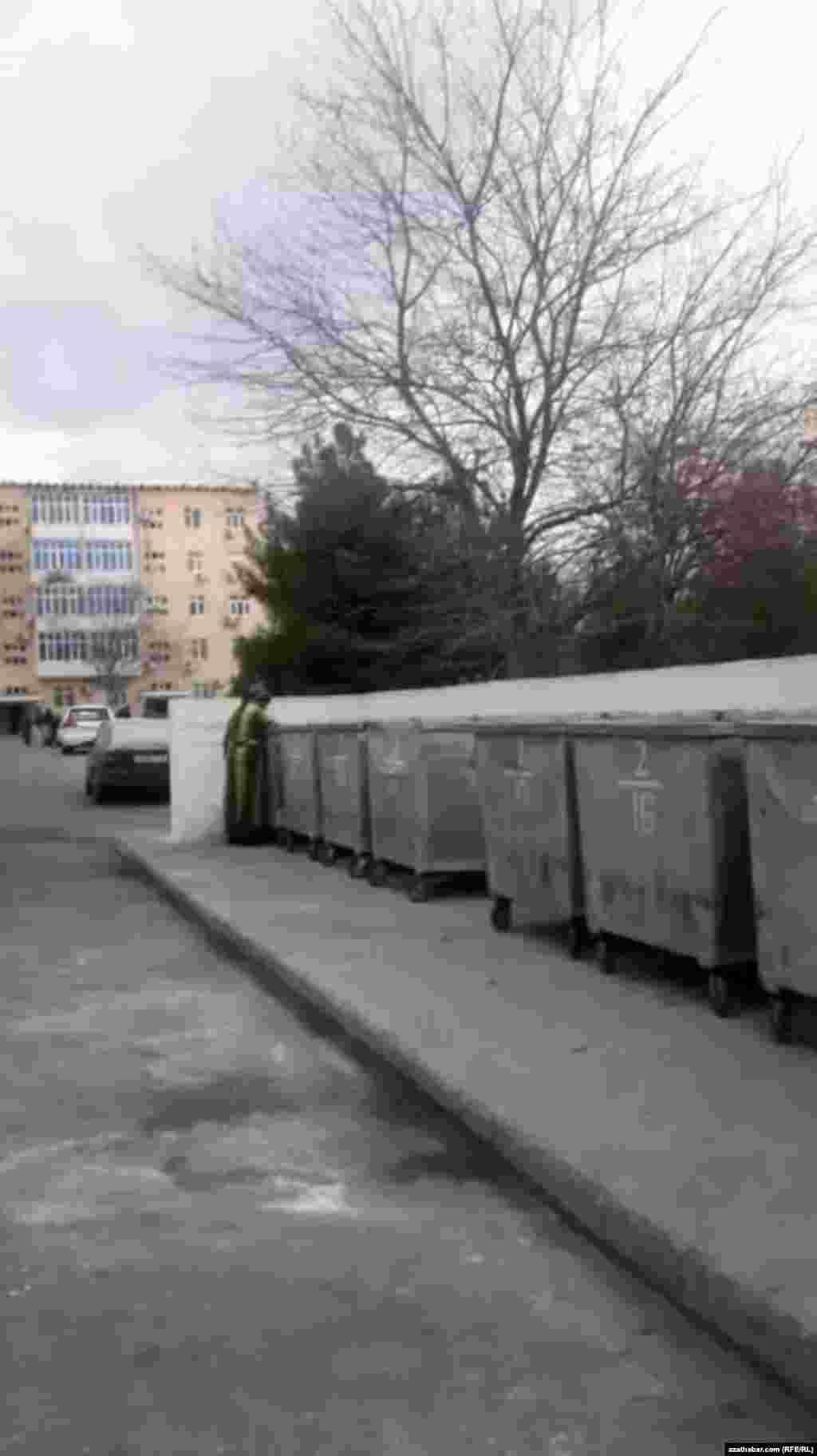 Мусорные контейнеры в столичном микрорайоне, Ашхабад, январь, 2020