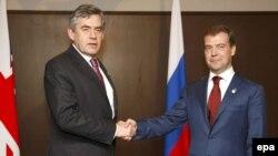 Прем'єр-міністр Великобританії Ґордон Браун і Президент Росії Дмитро Медведєв під час саміту «Групи Восьми». Японія, 7 липня 2008 року.