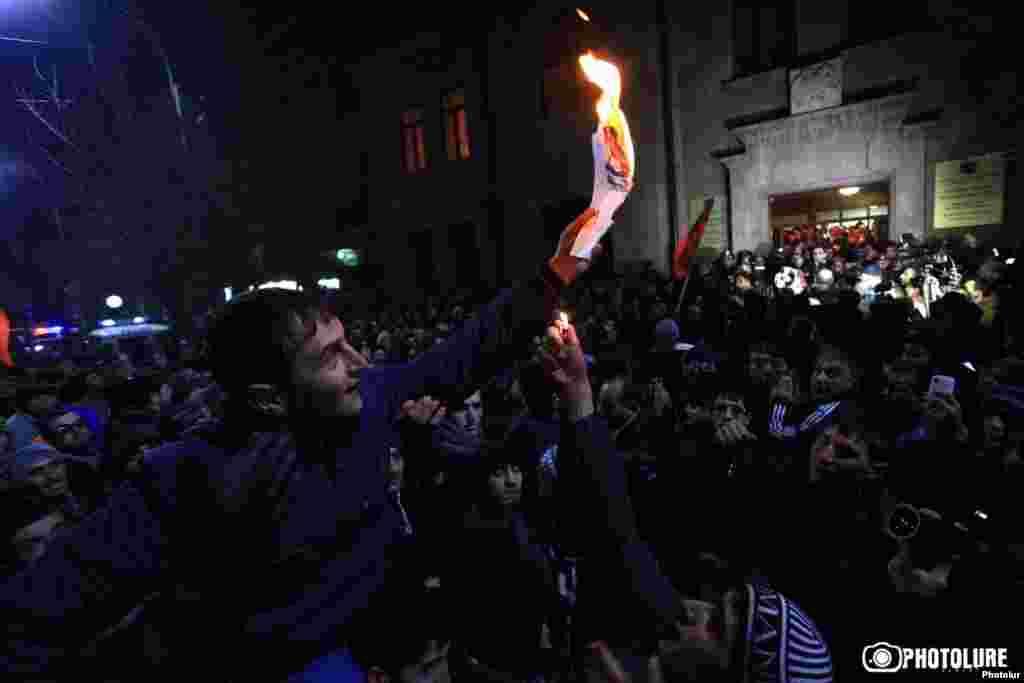 Армения - Люди протестуют перед зданием прокуратуры в Гюмри, 15 января 2015 г.